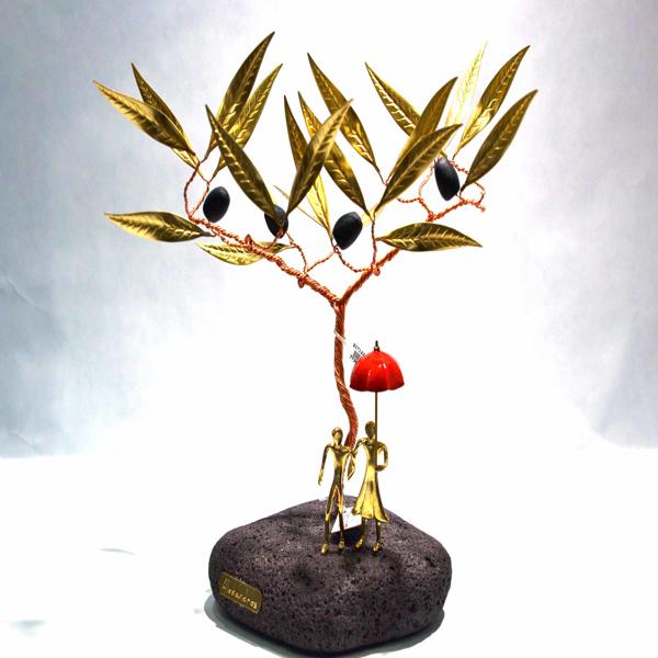 Εικόνα της RED UMBRELLA TREE WITH COUPLE